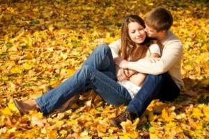 4157570-happy-para-m-odych-zakochanych-spotkania-w-parku-jesieni